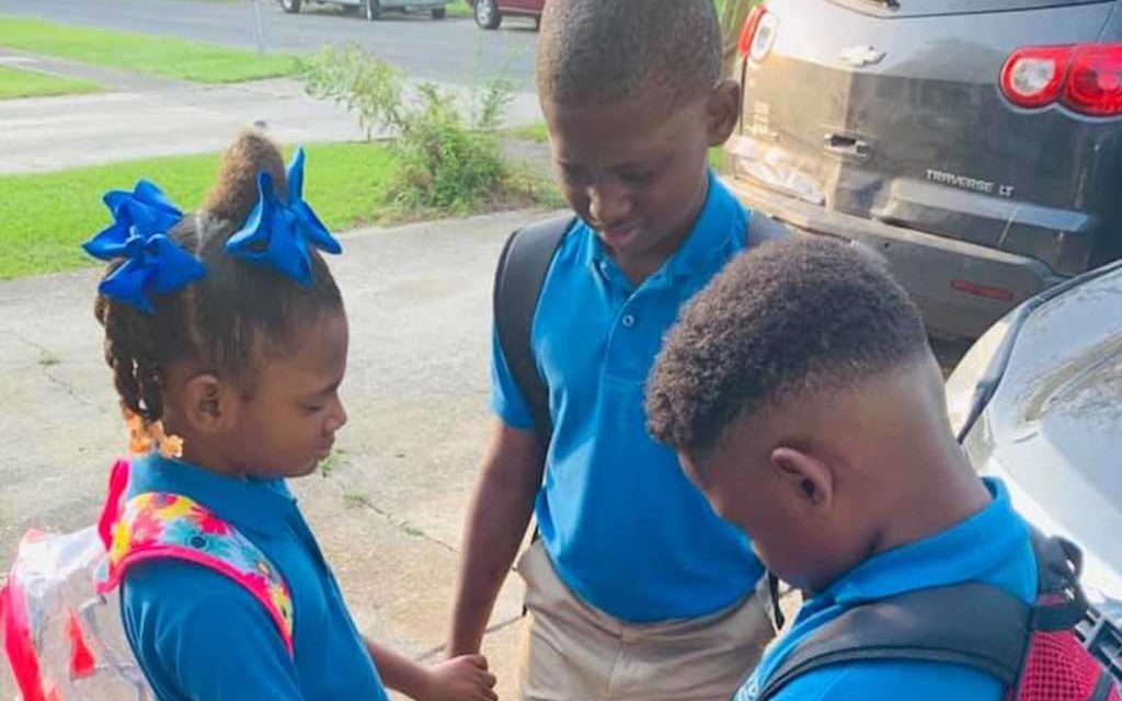 'We Pray for Everyone': Photo of Elementary School Siblings Praying Goes Viral